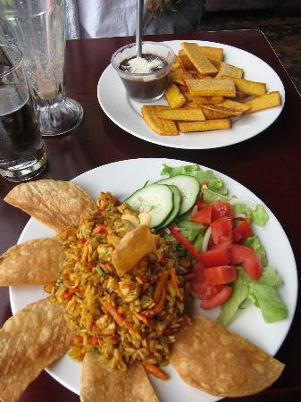 Poas Lodge and Restaurant: Arroz con Pollo y Plantains con Bean Dip