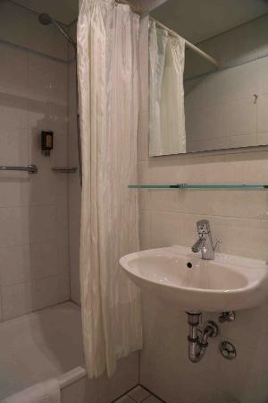 """Hotel Schlicker """"Zum Goldenen Loewen"""": Double Room - Bath Room"""