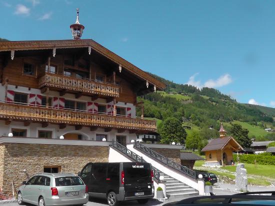 Natur Resort Senningerhof: Haupthaus und Kapelle