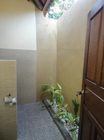 Bali Bhuana Beach Cottages : bathroom