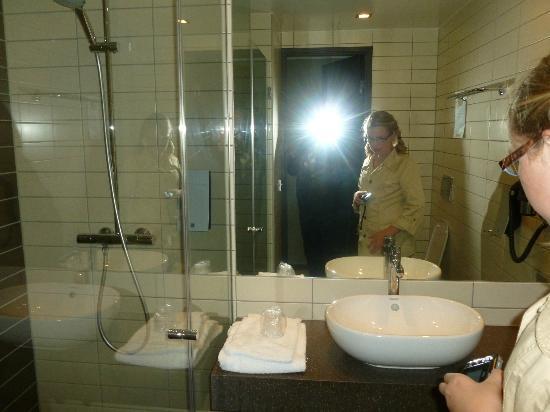 Comfort Hotel Kristiansand: Bathroom shower area