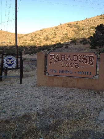 Paradise Cove Lodge: Sign at street