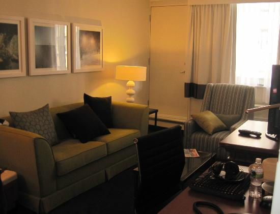 Residence Inn Montreal Westmount: Sitting area with TV
