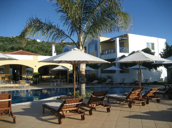 Colonides Beach Hotel: swimming pool area with view on the rooms