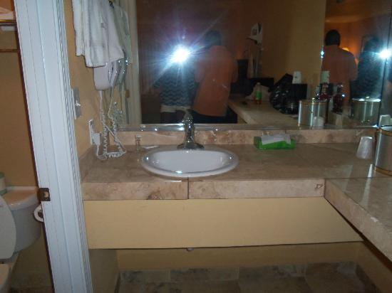 Travelodge Ocean Springs: Sink area. On the same counter is a coffee maker.