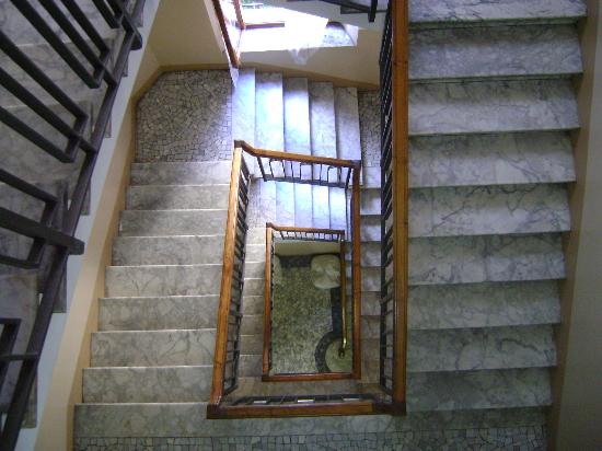 Hotel Berna: Wide and well lit stairway