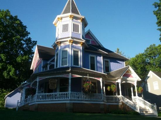 Historic Hutchinson House B&B: Front view in morning sunshine