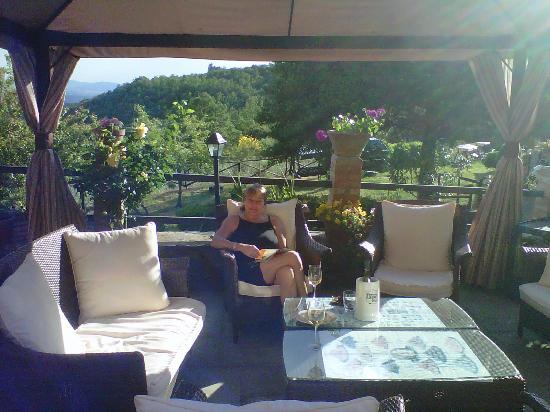 Country Inn Casa Mazzoni: My Sister Ca're Enjoying a Book & Vino!
