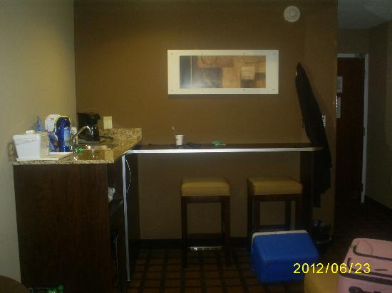 Microtel Inn and Suites by Wyndham Enola/Harrisburg: Kitchen area with fridge