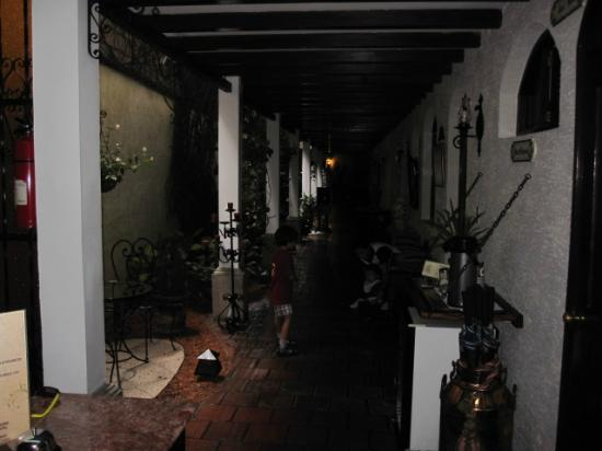 Casa Florencia Hotel: View from reception of downstairs hallway