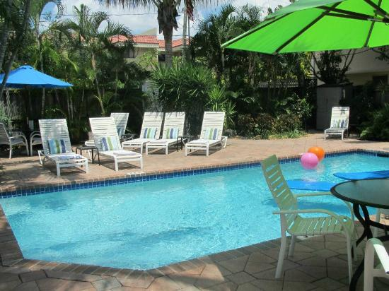 Las Olas Guesthouse @15th Avenue: Pool and courtyard