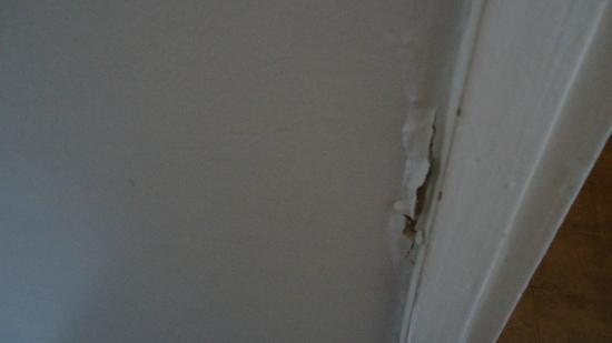 Hotel Aqua: Filtracion en muro de baño habitacion standart