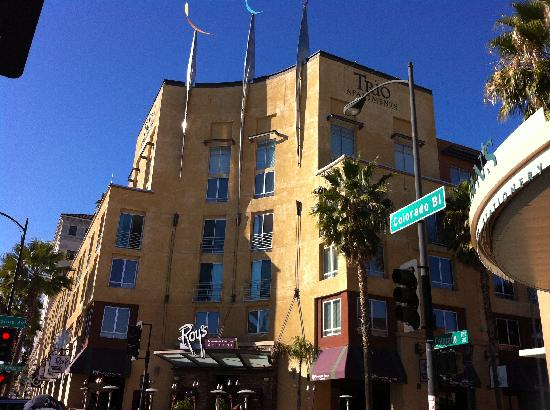 Roy's Pasadena: Roy's  beautiful entrance/patio