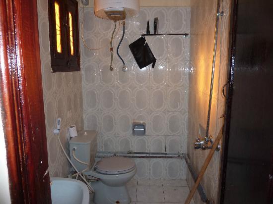 Jowhara Hotel: Nasszelle WC, das Klosett wird immer mitgeduscht ...