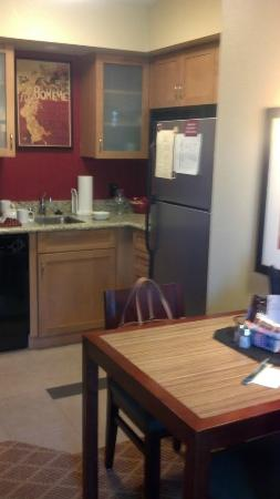 Residence Inn Sacramento Downtown at Capitol Park: Dining table and kitchenette