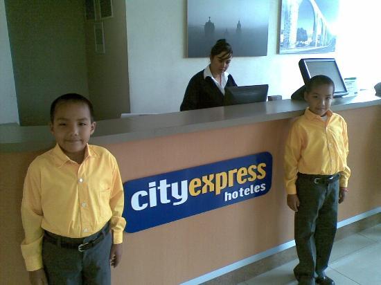 City Express Queretaro: MIs hijos en el Lobby