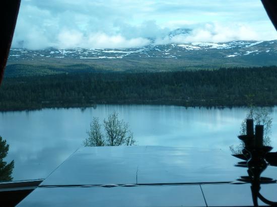 Fefor Hoifjellshotell : Vue sur le lac de la salle à manger