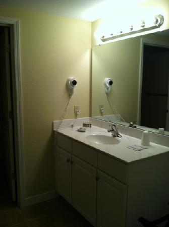 Kelleys Island Venture Resort: bathroom/ dressing area