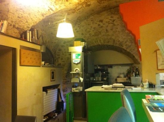 Open: Ingresso del locale con Tolomeo