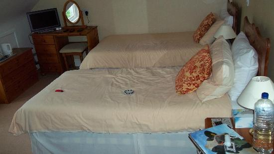 Crioch Guest House: 2 of the 3 beds in our room