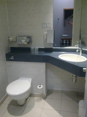 Holiday Inn Express London-Wimbledon-South: bathrooms
