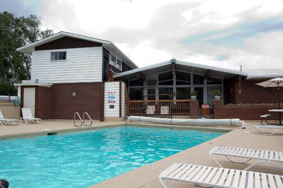 Silver Ridge Lodge: Pool with Office Area in background