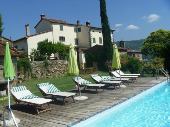 Agriturismo La Fenice: view on the house from the swimming pool