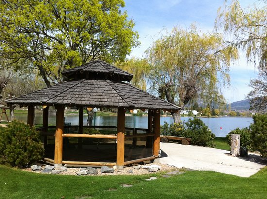 The Lakeside Resort: Gazebo -Spa in Fall