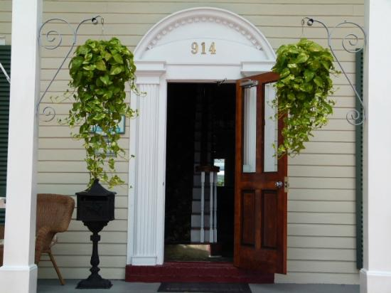 Westwinds Inn: Front door