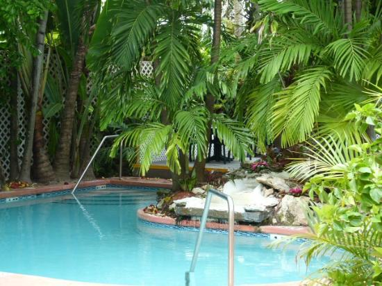 Westwinds Inn: Pool with breakfast area behind