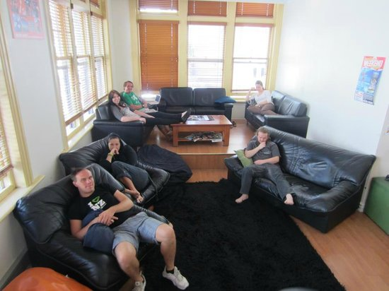 Nomads Auckland Backpackers Hostel: TV Lounge