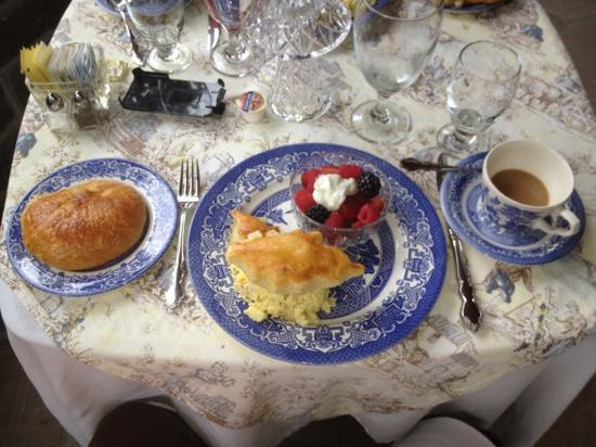 Pinebrook Manor B&B Inn: flakiest pastries, fresh fruit and in this case eggs the were oh so delicious