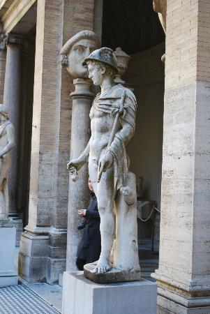 ‪‪Vatican‬: Statue outside the Vatican