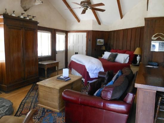 Nick's Cove Cottages: king bed