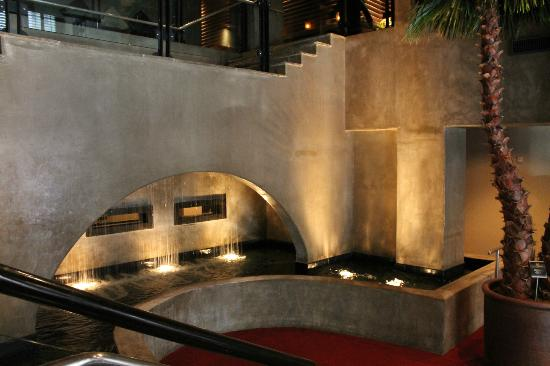 Hotel Valencia Riverwalk: water fall enterance