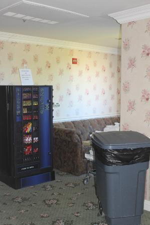 Inn at Churon Winery: Ugly hallway