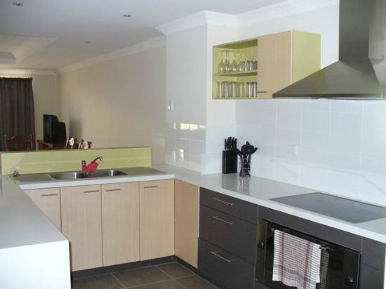 Port Denison Beach Resort: Kitchen & Dining Area