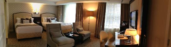 Rosewood Hotel Georgia: 11th floor deluxe room. loved it.