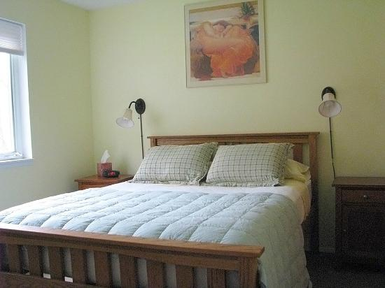 A&E Bed and Breakfast: Cheerful Bedroom with pillow-top queen bed