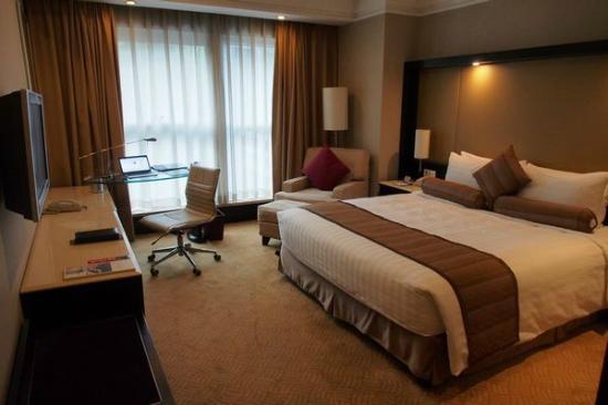 Howard Johnson Huaihai Hotel Shanghai: Superior Room with king-sized bed
