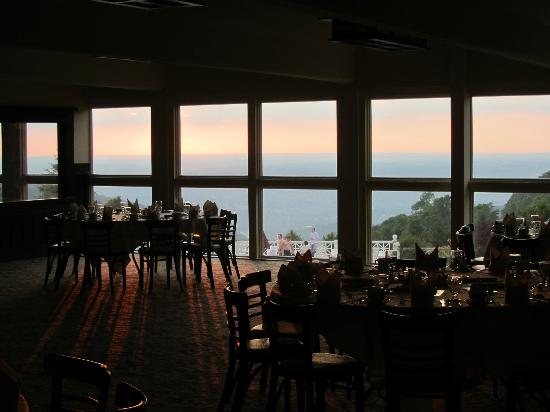 Historic Summit Inn: Dining area overlooking pool