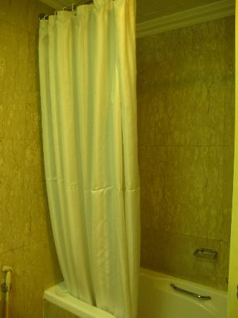 Quality Hotel Marlow: Bath tub and shower - Low shower