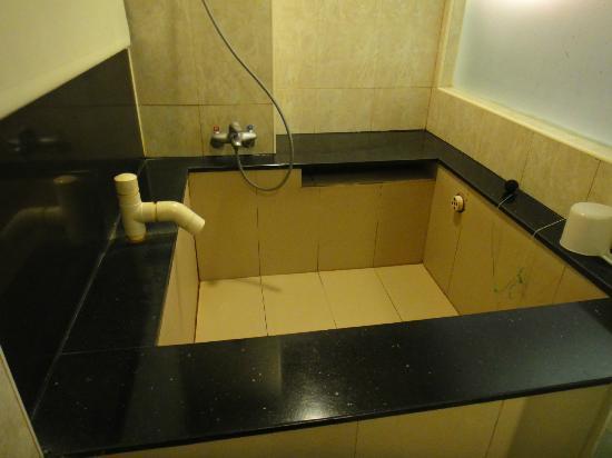Jin Yong Quan Spa Hot Spring Resort: Hot spring bathtub inside the room