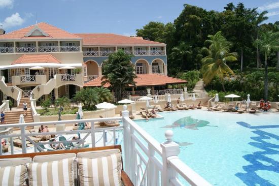 Sandals Ochi Beach Resort : pool area