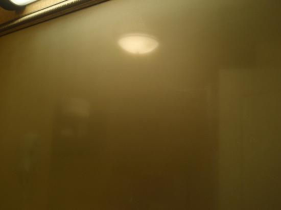 Hampton Inn & Suites Billings West I-90 : no fan in bathroom means hot & steamy bathroom