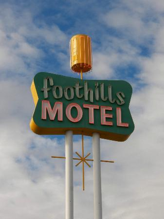 Foothills Motel: Sign out by the highway