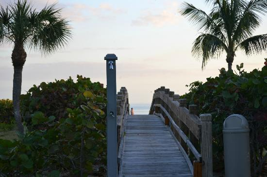 Sanibel Cottages Resort: Walking bridge to the beach