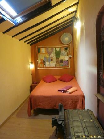 El Numero 8 : Apt #4 bedroom with skylight - very comfortable