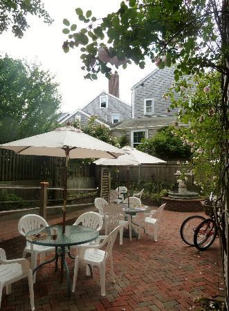 Pineapple Inn: Courtyard