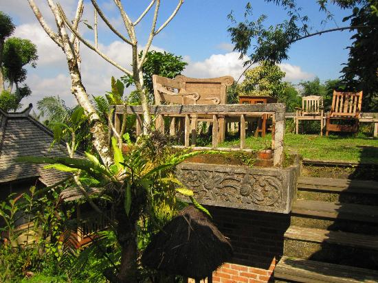 Prana Dewi Mountain Resort: resting area/view area outside the yoga pavilion